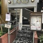 LAND - 螺旋階段を登ってお店へ