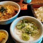 岡崎屋 - おとくなセット1100円 笊きしめんと天とじ丼