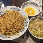 天海 - ラーメン大の麺200g増量、野菜増し増しの途中経過