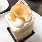 92678077 - 息子の。桃のケーキ                       上の桃が超香るけど食べると味が薄いのはなぜ?                       ケーキ本体はたっぷりの桃をサンドしてて満足度◎
