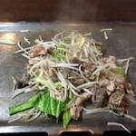 治郎吉 - ホルモンに火が通ったら野菜と混ぜ合わせ、タレにつけて食べる
