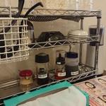 らーめんじゅげむ亭 - 各卓上にはミニパイプラックがあり、調味料等がセットされています