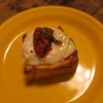 92687754 - 世界一トマト バジルとフレッシュ・チーズ&京都 伏見のボローニャのデニッシュ食パン2