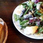 ビストロ・ラ・トルチュ - サラダニソワーズ(鰯の南仏風の具だくさんサラダ)とパン
