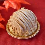 みによん - 料理写真:【モンブラン】薄くひいたクッキーにチョコレートを塗り、スポンジをのせ、細かく砕いた栗をのせ生クリームを絞り、マロンクリームをたっぷり絞ったケーキです。