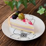 みによん - 料理写真:【ぶどうのムースシャルロット】巨峰とマスカットの2種類のぶどうを使用しました。ぶどう好きの方へ是非召し上がっていただきたいケーキです。
