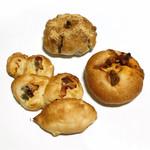 92695296 - 黒糖ときな粉(税込250円)/ とうもろこしのエピ(税込230円)/ 季節野菜のカレーパン(税込260円)