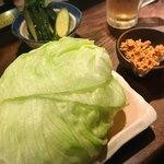 鶏ハウス - にんにく鶏そぼろのレタス包み