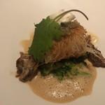 ル・モノポール - 真鯛と白身魚と海老のムースをカダイフで包みソテーした料理 オマール海老のクリームソース