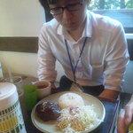 ジャンク カフェ トーキョー - 自家製ハンバーグのロコモコを頼んだM山氏は、どことなくしょんぼり顔