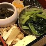辨慶 - 中の仕切りには、もずく酢、切干し大根、茄子のピリ辛煮びたし、小松菜と厚揚げのたいたん、出し巻き玉子、大根のポン酢漬け(2018.9.14)