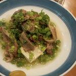 笑楽 - 牛筋と豆腐の煮込み