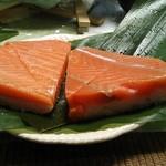 92720765 - 左 まつ川は身:米=5:5、右扇一も5:5だが鱒寿司の全体の厚みがかなり扇一の方が厚いので身だけを比べると全然違う