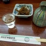 そばの前田屋 - 料理写真:大徳利だっけ、二合だっけか、常温で。これだけで済めば、ねえ。
