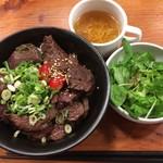 西中島ミート酒場 エビスカフェ&バル - 「特盛りハラミ丼」(大盛無料)  890円