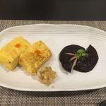 鉄板焼ダイニングKUNI - 鉄板で焼いた玉子焼き、椎茸のガーリック炒め