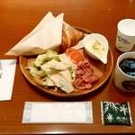 92745719 - ISHIYA CAFE@大通り 選べるクロワッサンセット・チョコクロワッサン、コーヒー(500円)