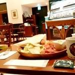 92745762 - ISHIYA CAFE@大通り 選べるクロワッサンセット・チョコクロワッサン、コーヒー 横から