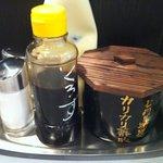 七代目けいすけ - 卓上の調味料:黒酢、カリカリ薬味、マヨ、塩