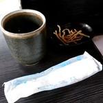 そば処秀峰 - お茶、おしぼりに揚げた蕎麦のお菓子