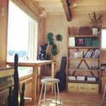 ヨシノリ コーヒー - 窓に面したカウンター席