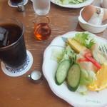 カフェ カルディー - 最初に登場したドリンクとサラダ(2018.8.3)
