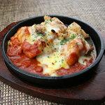 Bee - 鶏肉のソテーにトマトとチーズを合わせた、イタリアンの定番を鉄板焼きで。