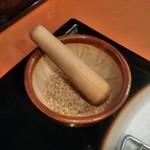 とんかつ伊勢 - [料理]調味用 白煎り胡麻・擂り鉢・擂粉木