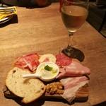 92782194 - ハム&チーズプレート1人前842円、樽出しワイン(白)518円