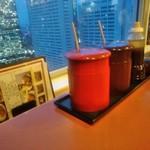 とんかつ伊勢 - [内観] 店内 テーブル上 メニュー & 調味料類