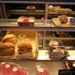 キッチン&マーケット - イタリア食材メインの市場「メルカ」内、トリュフたまごやゴルゴンゾーラなどワインに合いそうなサンド