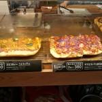 キッチン&マーケット - イタリア食材メインの市場「メルカ」内、具沢山のフォカッチャは2枚組み合わせ自由で411円(その1)
