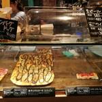 キッチン&マーケット - イタリア食材メインの市場「メルカ」内、具沢山のフォカッチャは2枚組み合わせ自由で411円(その2)