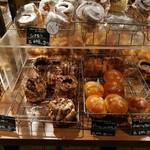 キッチン&マーケット - 焼き立てパンが1日数回並ぶ、ラ・プチブーランジェリーのパン(その1)