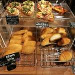 キッチン&マーケット - 焼き立てパンが1日数回並ぶ、ラ・プチブーランジェリーのパン(その2)