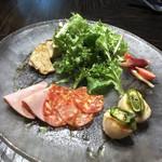 MOTIF - 前菜盛合せ(サラダ・ハムの盛合せ・大きな椎茸のロースト・茗荷とラディッシュのピクルス・帆立のロースト)