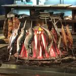 陸蒸気 - イロリで焼かれる、炙られる魚。 なんか豪快だなー。