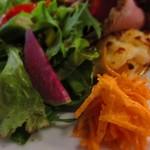 92800372 - 温かいマッシュポテト、キャロットラぺ、グリーンサラダ