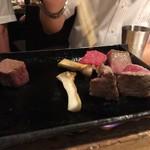 梅田燈花 - 5500円の飲み放題コースより焜炉 熊本県産和王牛と淡路牛の食べ比べ