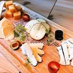 92818753 - ◆厳選チーズの盛り合わせ 5種盛り 1,280円(税別)