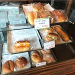 菊見せんべい総本店 - 店左端にあるパンのショーケース。撮影許可はいただけました