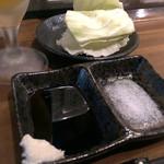 日本酒と串カツ・酒粕おでん 一穂 希SAKU - お通しのキャベツ