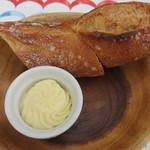 イカリヤ食堂 - バゲットとフランス産発酵バター「エシレ」