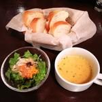 92824280 - サラダ、スープ、パン