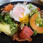 グッドモーニングカフェ - サラダ+目玉焼き