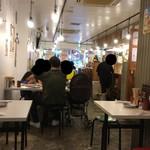 串カツ田中 - 店内(座席より右まわり)→ 日曜17:30、客入3割。意外に子連れ家族多し。