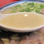 しばらく - 豚骨臭・脂肪分・蛋白質・塩分共に控えめで、ちょっと甘めの優しい豚骨スープです。