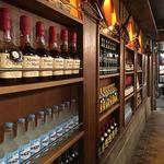 GRILL HIRO - 店内(カウンター後ろの酒棚)