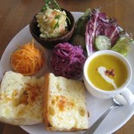 カフェ エ フロマージュ シニョン - 惣菜盛り合わせとバゲットチーズトースト