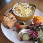 カフェ エ フロマージュ シニョン - きのことブリーチーズのマカロニグラタン